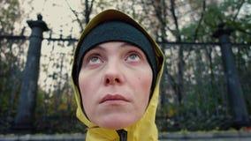 Mujer en sombrero y outwear la capilla almacen de metraje de vídeo