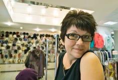 Mujer en sombreros de la tienda Imágenes de archivo libres de regalías