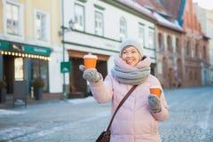Mujer en soporte europeo de la calle con dos tazas de café del arte Imagen de archivo