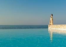 Mujer en soporte indio de la alineada cerca de la piscina Foto de archivo libre de regalías