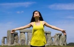 Mujer en Stonehenge (Inglaterra) Foto de archivo