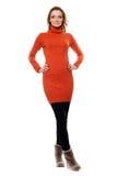 Mujer en suéter anaranjado fotografía de archivo