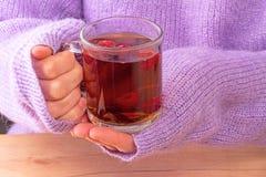 Mujer en suéter con té caliente imagenes de archivo