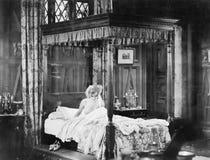 Mujer en su cama (todas las personas representadas no son vivas más largo y ningún estado existe Garantías del proveedor que no h Fotos de archivo libres de regalías