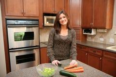 Mujer en su cocina Fotos de archivo