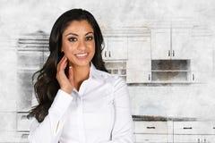 Mujer en su cocina Imagen de archivo