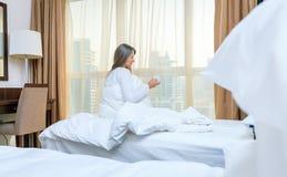 Mujer en su dormitorio por la mañana Foto de archivo libre de regalías