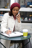 Mujer en su teléfono celular Foto de archivo libre de regalías