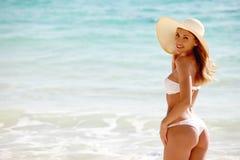 Mujer en sunhat en la playa foto de archivo