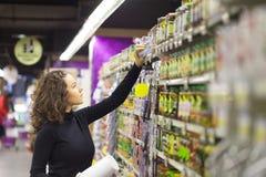Mujer en supermercado Imagen de archivo