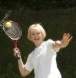 Mujer en sus años 60 que juegan a tenis Fotografía de archivo