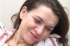 Mujer en sus 40 s que miran abajo de la sonrisa Fotografía de archivo libre de regalías