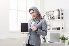 Mujer en tableta de la tenencia del hijab con la pantalla vacía fotografía de archivo libre de regalías