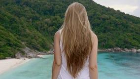 Mujer en tapa de la montaña almacen de metraje de vídeo