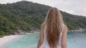 Mujer en tapa de la montaña almacen de video