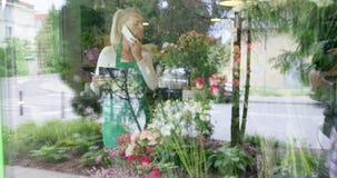 Mujer en teléfono que habla de la tienda floral almacen de metraje de vídeo