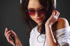 Mujer en teléfonos Imagen de archivo libre de regalías