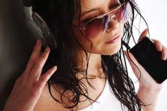 Mujer en teléfonos Imagenes de archivo