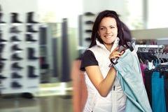 Mujer en tienda de ropa Foto de archivo libre de regalías