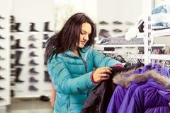 Mujer en tienda de ropa imágenes de archivo libres de regalías