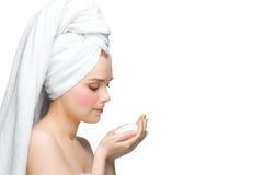 Mujer en toalla con el jabón imágenes de archivo libres de regalías