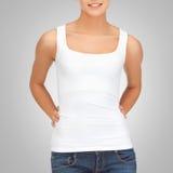 Mujer en top sin mangas blanco en blanco Imagen de archivo