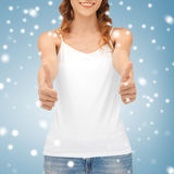 Mujer en top sin mangas blanco en blanco Fotos de archivo libres de regalías
