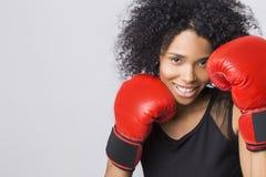 Mujer en top sin mangas negro con los guantes de boxeo rojos Fotos de archivo