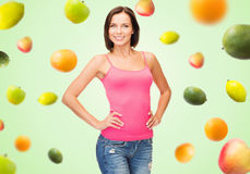 Mujer en top sin mangas rosado en blanco sobre las frutas en verde Fotos de archivo libres de regalías