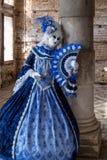 Mujer en traje azul y blanco brillante y máscara adornada en el carnaval de Venecia imagen de archivo