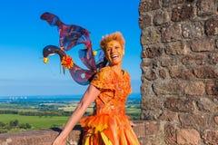 Mujer en traje de hadas que ríe delante del cielo azul imágenes de archivo libres de regalías
