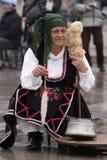 Mujer en traje de mascarada tradicional foto de archivo