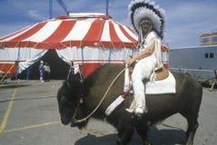 Mujer en traje del nativo americano Fotos de archivo