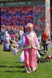 Mujer en traje nacional en el parque de Tsaristyno Imagenes de archivo