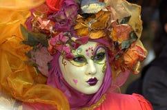 Mujer en traje y máscara Foto de archivo libre de regalías