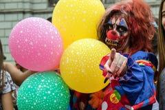 Mujer en trajes en el paseo Sao Paulo del zombi Imágenes de archivo libres de regalías