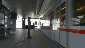 Mujer en tren que espera del metro para