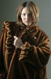 Mujer en un abrigo de pieles Fotos de archivo libres de regalías