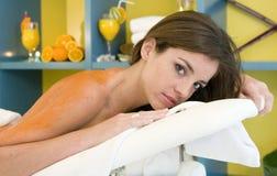 Mujer en un balneario que consigue un masaje de la fruta Fotografía de archivo