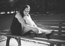 Mujer en un banco en el parque III de la ciudad Foto de archivo