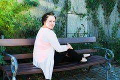 Mujer en un banco en verano Imagenes de archivo