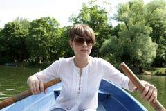 Mujer en un barco fotografía de archivo