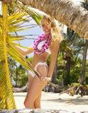 Mujer en un bikiní en una playa tropical Fotografía de archivo libre de regalías