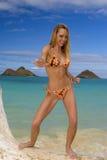 Mujer en un bikiní en una playa tropical Foto de archivo
