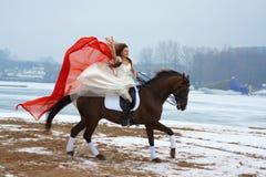 Mujer en un caballo Imagenes de archivo