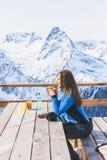 Mujer en un café en una estación de esquí imágenes de archivo libres de regalías