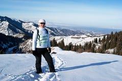 Mujer en un camino de la nieve Fotos de archivo libres de regalías