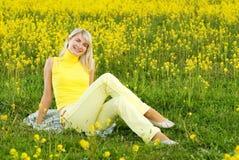 Mujer en un campo de flor Imagen de archivo