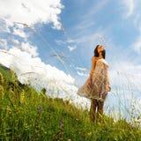 Mujer en un campo de flores Fotos de archivo