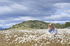 Mujer en un campo de la margarita Imagen de archivo libre de regalías